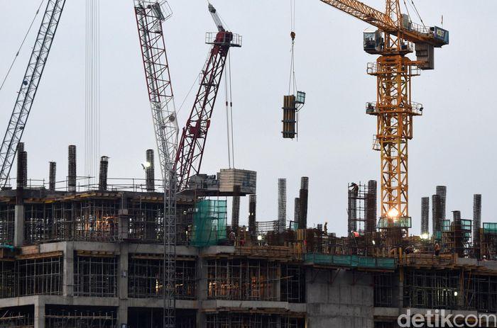 Sejumlah pekerja menyelesaikan pembangunan gedung bertingkat di kawasan Thamrin, Jakarta Pusat, Jumat (5/5/2017).