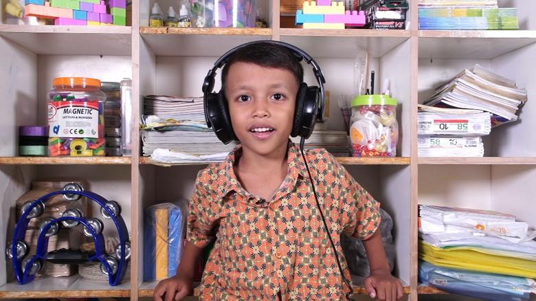 Ilustrasi anak mendengarkan lagu. Foto: 20detik