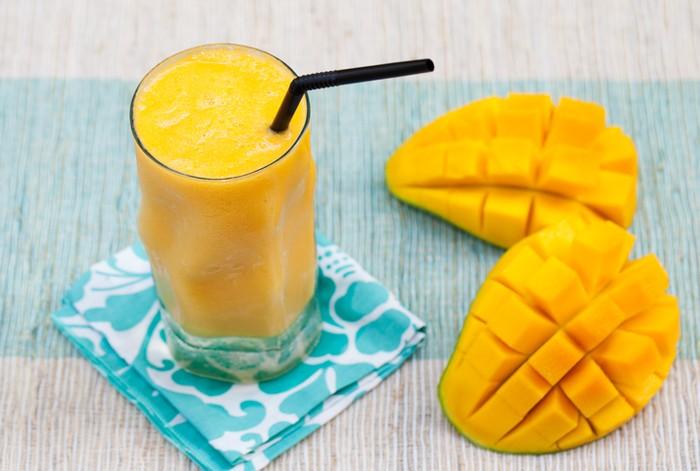 Dr Rupali menyarankan untuk tidak memulai hari dengan segelas jus buah yang terlalu banyak karena dapat memberi beban tambahan pada pankreas yang masih terbangun setelah waktu istirahat yang panjang. Dengan perut kosong, gula dalam bentuk fruktosa di buah-buahan dapat menyebabkan beban yang cukup pada hati. Foto: iStock