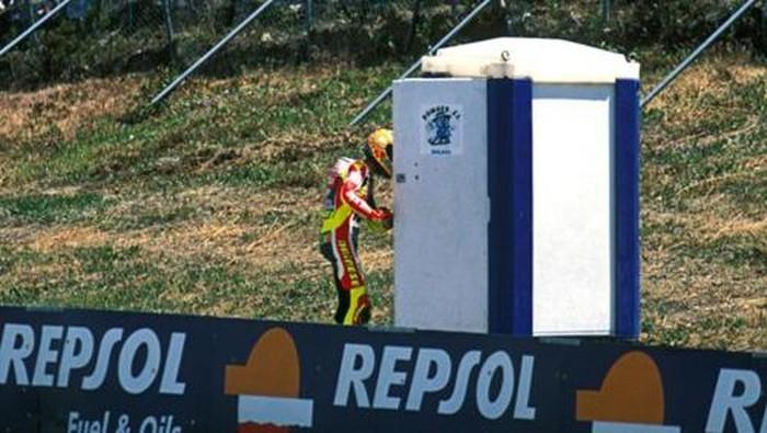 Valentino Rossi merayakan kemenangan di Jerez 1999 dengan masuk toilet
