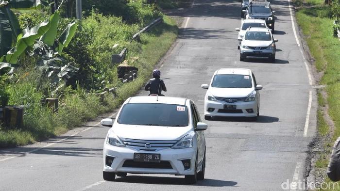 "menyelenggarakan rangkaian tantangan eco-driving untuk menunjukkan fungsi nyata efisiensi bahan bakar pada model Grand Livina. Melalui acara ""Tantangan 7 Liter Livina"", para peserta kali ini menempuh perjalanan dari Madiun ke Yogyakarta, menyusul kesuksesan tantangan serupa yang dilakukan pada rute Bandung-Jakarta, dengan rekor kosumsi bahan bakar sebesar 1:30,3 Km/Liter"