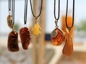 Pakaikan Bayi Kalung dari Batu Amber Kini Jadi Tren di Kalangan Ibu-ibu