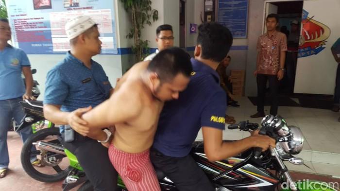 Salah satu tahanan Rutan Pekanbaru yang berhasil ditangkap sesaat setelah melarikan diri, Jumat, 5 Mei 2017 (Istimewa)