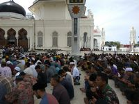 Salat Jumat Perdana di Banda Aceh dengan Payung Ala Masjid Nabawi