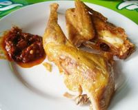 Ayam goreng yang enak dengan paduan sambal.