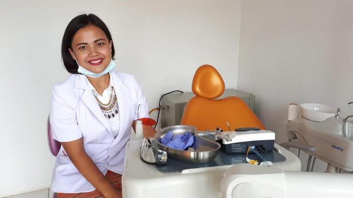 drg Dewi Natalia, dokter gigi yang mengabdi di Puskesmas perbatasan (Foto: Suherni/detikHealth)