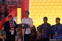 Jokowi saat berbincang dengan salah seorang petani.