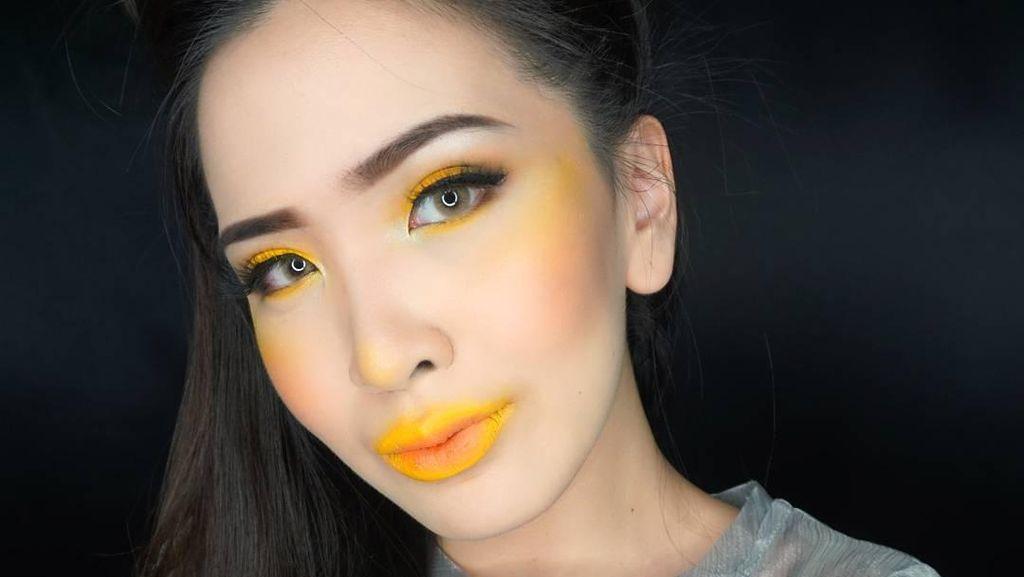 Tren Pakai Blush On Warna Kuning di Pipi, Aneh atau Inovatif?