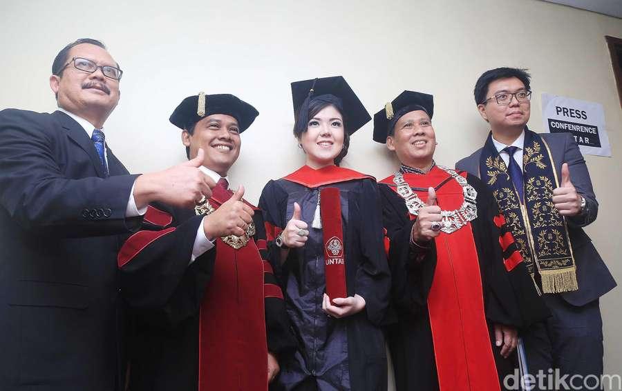 Tina Toon Wisuda S2 Magister Ilmu Hukum