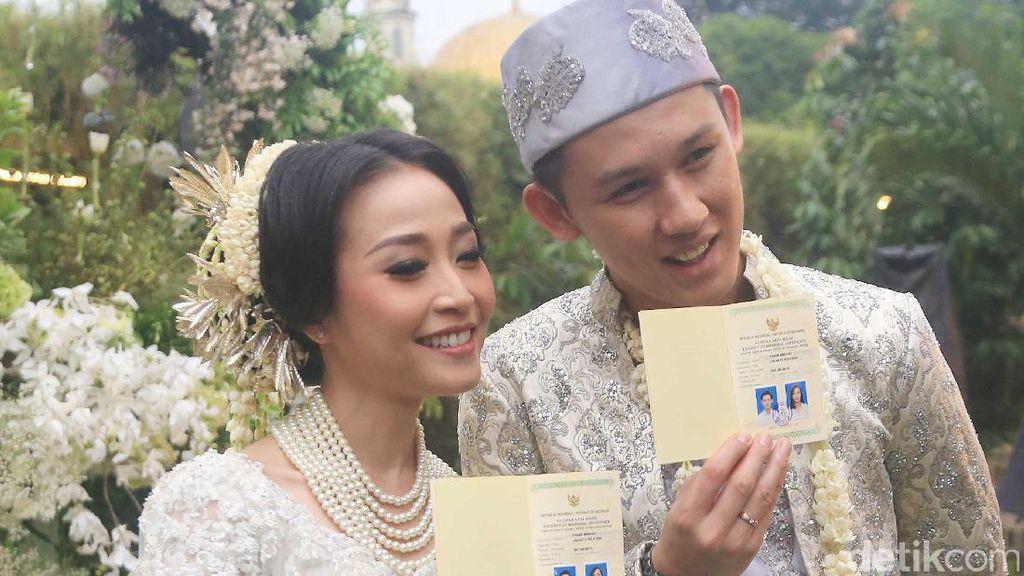 Foto: Rinni Pakai Kebaya Cantik IKAT Indonesia Saat Dinikahi Jevin Julian