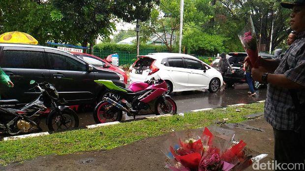 Ada Wisuda dan Pameran Keramik, Lalin depan JCC Senayan Macet