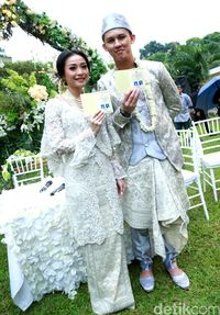 Kebaya Pernikahan Cantik IKAT Indonesia yang Dipakai Rinni Wulandari