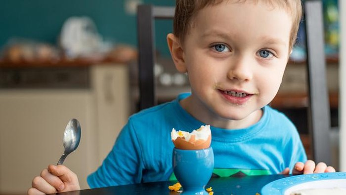 Ilustrasi anak yang dibiasakan makan telur (Foto: iStock)