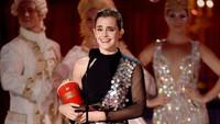 Watson terlihat sangat bahagia saat menerima piala berbentuk popcorn itu. Kevork Djansezian/Getty Images/detikFoto.