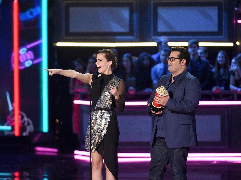 Emma Watson saat memenangkan piala Best Actor dari semua gender lewat film Beauty and The Beast di Los Angeles, AS pada Minggu (7/5) waktu setempat. Kevork Djansezian/Getty Images/detikFoto.