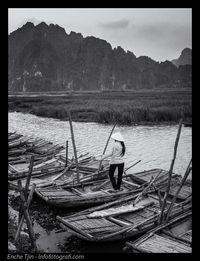 >Foto ini terdiri dari beberapa lapisan yaitu perahu, sungai, padi dan gunung, yang masing-masing memiliki tekstur dan kecerahan yang berbeda. Sebagai subjek/point of interest, seorang petani wanita Vietnam berdiri pada posisi yang pas.