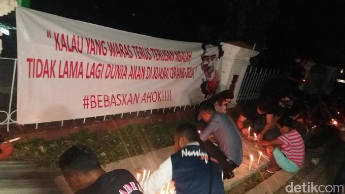 Foto: Warga Kupang, NTT gelar aksi lilin dan doa bersama untuk Ahok. (Petrus Ola/detikcom)