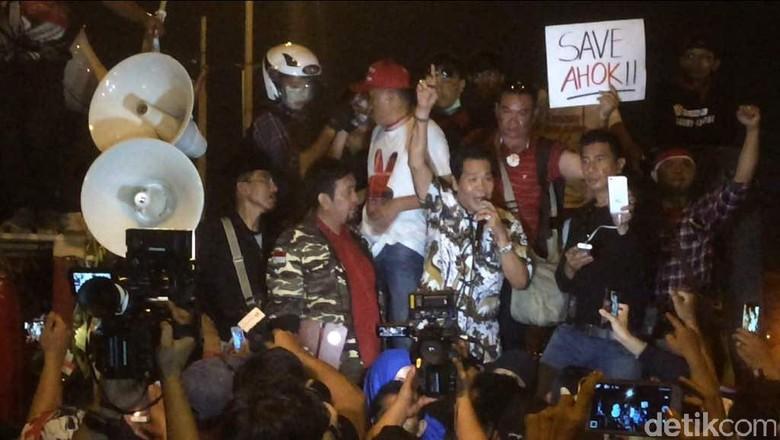 Anton Medan ke Rutan Cipinang, Orasi dan Temui Ahok