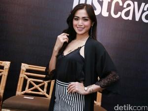 Foto: Pesona Jessica Iskandar Pakai Jam Tangan Ular