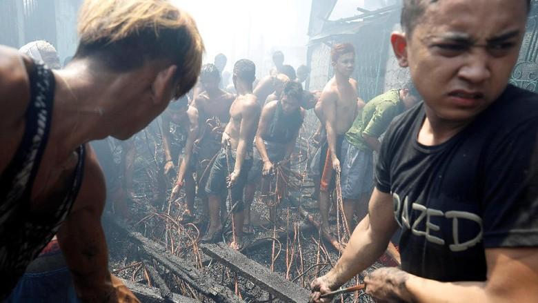 Pasca Kebakaran di Manila, Warga Berebut Sisa Kabel Listrik