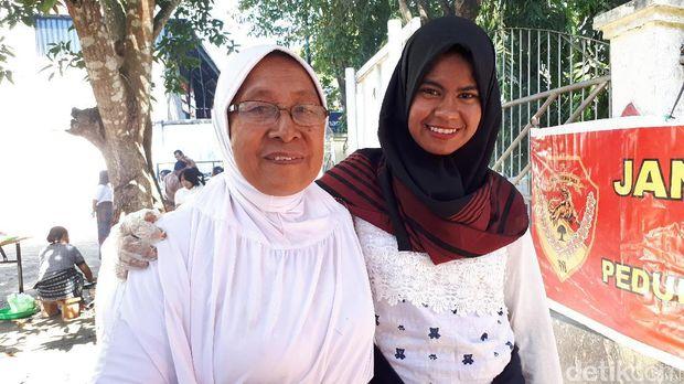 Mak Onah dan cucunya