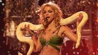 Britney pun kembali muncul dengan beragam sensasi, seperti membawa ular ke atas panggung. Scott Gries/Getty Images