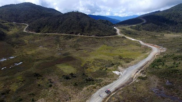 Foto udara Jalur Trans Papua di ruas jalan Wamena-Habema, Papua, Selasa (9/5).