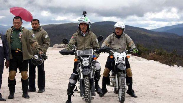 Presiden Jokowi Telusuri 7 KM Trans Papua dengan Motor Trail.