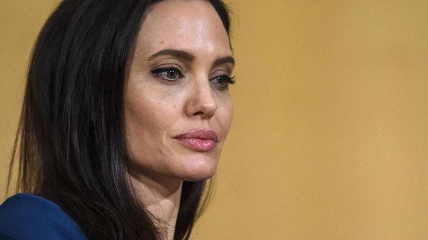 Angelina Jolie disebut ketakutan kehilangan anak-anaknya akibat konflik dengan Brad Pitt.