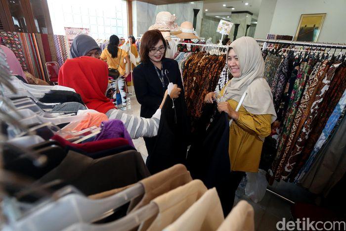 Ikatan Pengusaha Wanita Indonesia (IWAPI), menggelar diskusi dan bazar yang di ikuti oleh anggota IWAPI untuk memperkenalkan produk UKM anggota IWAPI kepada masyarakat.