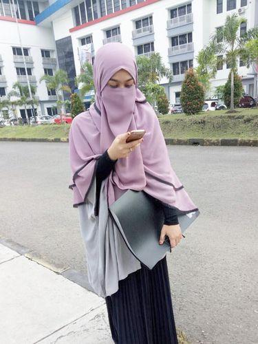 Foto: Gaya Stylish Wardah Maulina, Hijabers Bercadar Populer di Instagram