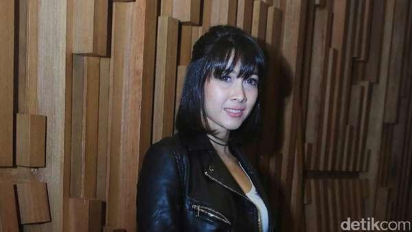 Gaya Boyish Andrea Dian