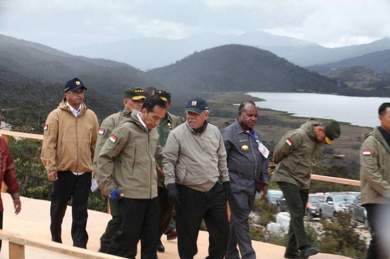 Pada akhir Mei 2017 lalu, Presiden Jokowi sempat melakukan kunjungan kerja ke Wamena di Papua. Selain meninjau pembangunan proyek Trans Papua, Jokowi juga sempat beraksi di atas motor trail berlatar Pegunungan Trikora (dok. Kementerian PUPR)
