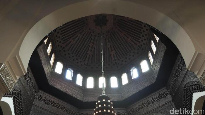 Sejumlah warga muslim di Paris tengah melakukan ibadah di Grande Mosquee de Paris.