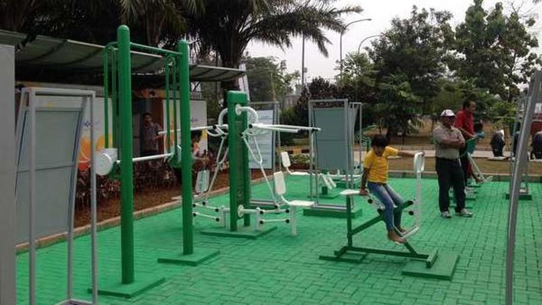 Foto: Warga bisa nge-gym gratis di Taman Waduk Pluit (Ray Jordan/detikTravel)