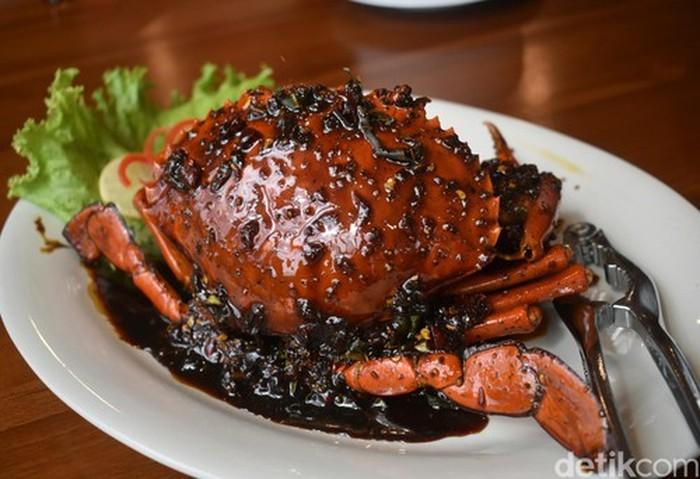Wow! Kepiting berukuran agak besar ini di siram dengan saus berwarna hitam dengan sensasi rasa lada hitam yang kuat. Rasanya gurih dan agak manis. Kalau penasaran, langsung saja datang ke restoran legendaris Pangkep 33 di kawasan Pluit yang sudah berdiri sejak 1980. Foto: detikFood
