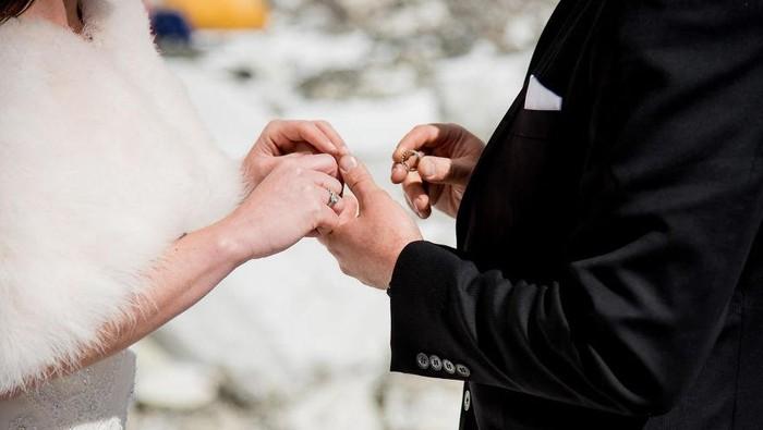 Baru menikah di usia kepala tiga ada efeknya tidak ya bagi kesehatan. Foto: Charleton Churchill