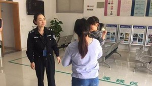 Polisi China Selamatkan Bocah yang Ditinggal Berjam-jam di Mobil