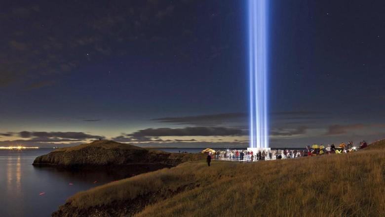 Imagine Peace Tower dari kejauhan (Iceland Travel)