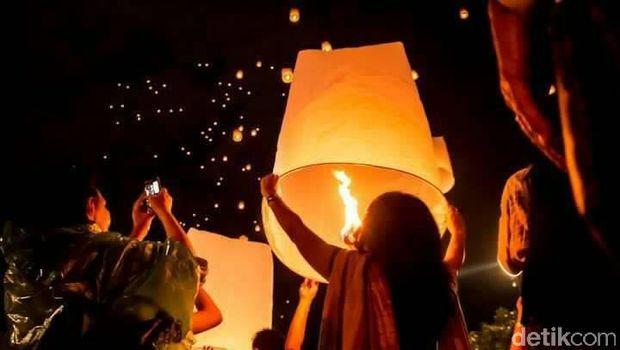 1.000 Lampion Waisak Dilepas di Candi Muaro Jambi