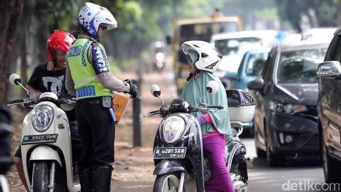 Petugas Kepolisian dari Gakum Polda Metro Jaya melakukan Operasi Patuh Jaya 2017 di kawasan Tanjung Barat, Jakarta Selatan, Kamis (11/05/2017). Operasi Patuh Jaya digelar sejak tanggal 9 sampai 22 Mei 2017. Setidaknya 23.000 personel kepolisian di seluruh Indonesia diturunkan. Operasi Patuh Jaya 2017 bertujuan untuk menekan angka pelanggaran lalu lintas.