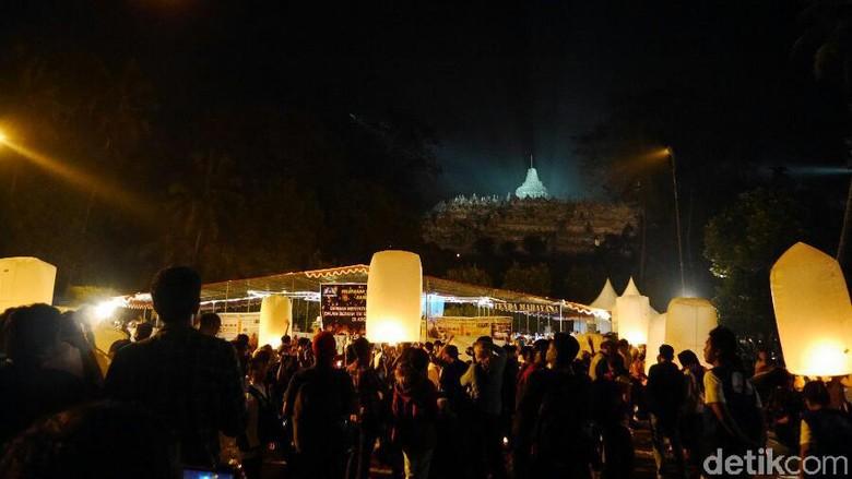 Pelepasan lampion Waisak di Candi Borobudur tahun lalu (Kurnia/detikTravel)