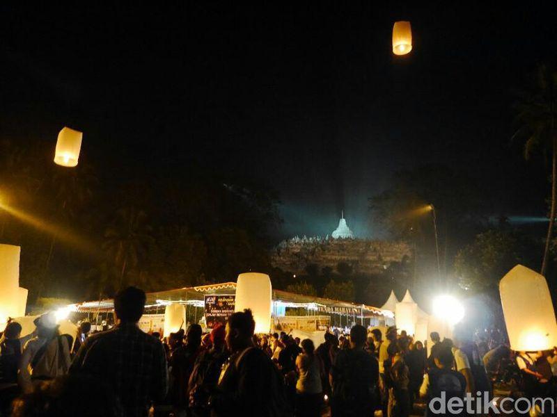 Pelepasan lampion merupakan salah satu rangkaian kegiatan puncak perayaan Waisak di Candi Borobudur, Magelang, Jawa Tengah pada Rabu (10/5/2017) malam. Prosesi ini begitu digemari wisatawan (Kurnia/detikTravel)