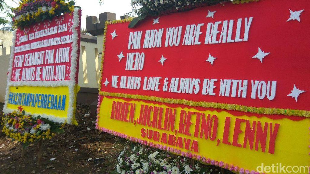 Karangan Bunga untuk Ahok Dipajang di Polresta Depok