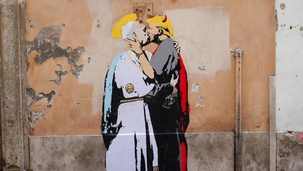 Mural Donald Trump Ciuman dengan Paus Francis