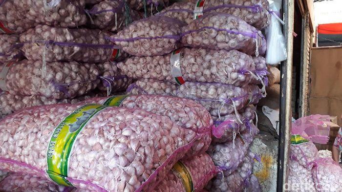 Pasokan bawang putih di Pasar Kramat Jati berkurang karena kiriman dari Chinan seret.