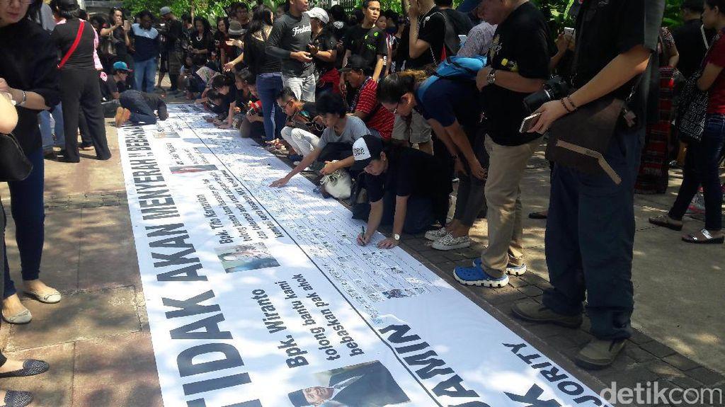 Gelar Aksi Solidaritas, Massa Pro-Ahok Tempel Fotokopi KTP
