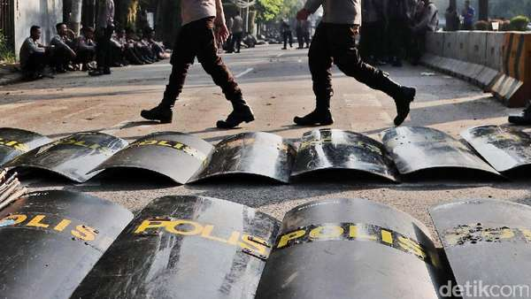 Massa Penolak Fahri Hamzah Sempat Ricuh di Kantor Gubernur