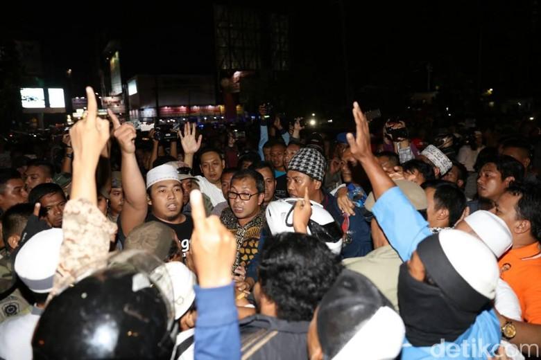 Aksi Dukung Ahok di Pantai Losari Dibubarkan Massa