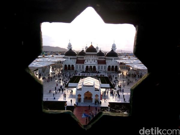 Foto: Kala azan magrib berkumandang, lampu yang dipasang di payung menyala. Warnanya berubah setiap saat. Hal ini menambah kesan keindahan masjid (Agus Setyadi/detikTravel)